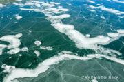 凍った湖をドローン空撮